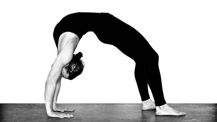 Savijanje-unazad-put-do-srece-adhara-ayurveda-nutricionizam